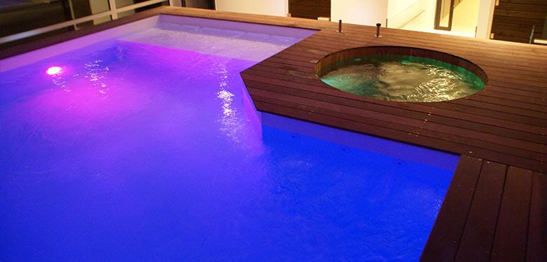 Ozeobois vous propose la piscine avec spa intégré