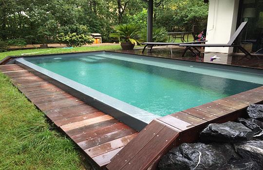 Escalier droit sous liber avec banc pour piscine